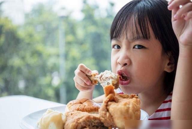 3 thói quen trên bàn ăn nói lên đứa trẻ sẽ khó thành công, hành vi cuối cùng nghiêm trọng nhất, bố mẹ cần sớm giúp con điều chỉnh - Ảnh 2.