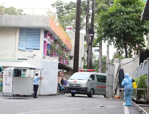 ẢNH: Chiến sĩ công an mắc Covid-19 ở quận Tân Phú được đặt ECMO, chuyển sang BV Chợ Rẫy để tiếp tục chữa trị - Ảnh 1.