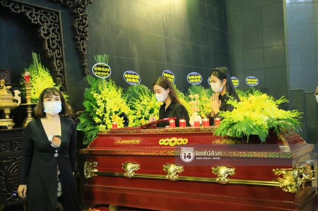 Tang lễ Hoa hậu Thu Thuỷ: Linh cữu được đưa đi hoả táng, em trai đau buồn ôm chặt di ảnh, Hoa hậu Đỗ Mỹ Linh và dàn sao Vbiz xót xa đến viếng - Ảnh 18.