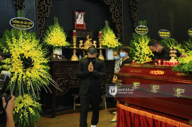 Tang lễ Hoa hậu Thu Thuỷ: Linh cữu được đưa đi hoả táng, em trai đau buồn ôm chặt di ảnh, Hoa hậu Đỗ Mỹ Linh và dàn sao Vbiz xót xa đến viếng - Ảnh 21.