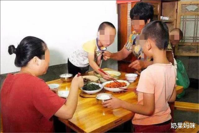 3 thói quen trên bàn ăn nói lên đứa trẻ sẽ khó thành công, hành vi cuối cùng nghiêm trọng nhất, bố mẹ cần sớm giúp con điều chỉnh - Ảnh 3.