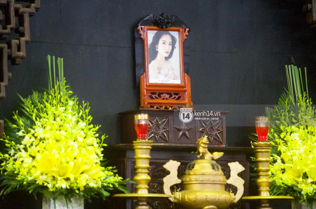 Tang lễ Hoa hậu Thu Thuỷ: Linh cữu được đưa đi hoả táng, em trai đau buồn ôm chặt di ảnh, Hoa hậu Đỗ Mỹ Linh và dàn sao Vbiz xót xa đến viếng - Ảnh 37.