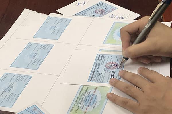 Phá đường dây làm giả giấy tờ ô tô, thu hàng loạt xe sang tiền tỷ - Ảnh 3.