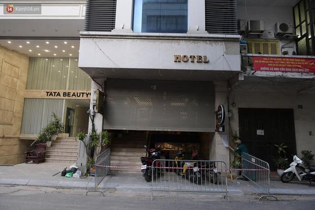 Hà Nội: Phong tỏa, đưa người của khách sạn, quán ăn trên phố Bùi Thị Xuân đi cách ly sau 5 ca dương tính SARS-CoV-2 - Ảnh 1.
