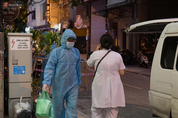 Hà Nội: Phong tỏa, đưa người của khách sạn, quán ăn trên phố Bùi Thị Xuân đi cách ly sau 5 ca dương tính SARS-CoV-2 - Ảnh 4.
