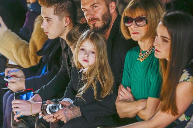 Harper Beckham thay đổi qua 10 năm: Từ bé đã được Tổng biên tập Vogue o bế, đi sự kiện át cả bố mẹ cực phẩm - Ảnh 10.