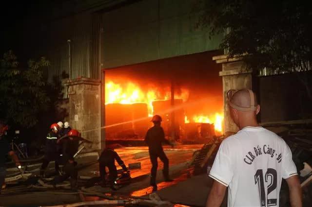 Quảng Ninh: Cháy xưởng lốp trên 4.000m2 gây thiệt hại nặng nề - Ảnh 3.