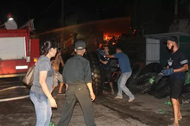 Quảng Ninh: Cháy xưởng lốp trên 4.000m2 gây thiệt hại nặng nề - Ảnh 6.