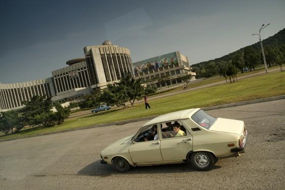 Ông Kim Jong Un ngồi xe Maybach 1,6 triệu USD, còn người Triều Tiên đi xe gì? - Ảnh 2.
