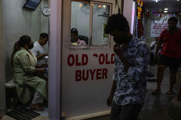 Người Ấn Độ ồ ạt bán vàng để trả nợ ngân hàng trước làn sóng Covid thứ 3 - Ảnh 1.