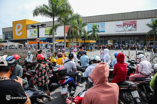 Người dân TP.HCM xếp hàng dài, kiên nhẫn chờ đợi hàng tiếng đồng hồ để vào siêu thị ngày giãn cách - Ảnh 13.