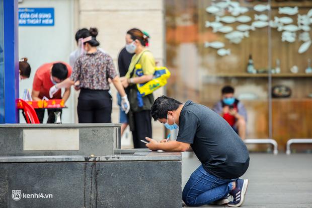 Người dân TP.HCM xếp hàng dài, kiên nhẫn chờ đợi hàng tiếng đồng hồ để vào siêu thị ngày giãn cách - Ảnh 23.
