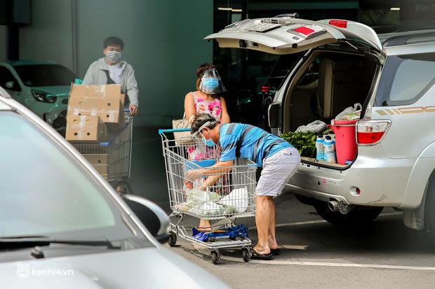 Người dân TP.HCM xếp hàng dài, kiên nhẫn chờ đợi hàng tiếng đồng hồ để vào siêu thị ngày giãn cách - Ảnh 24.