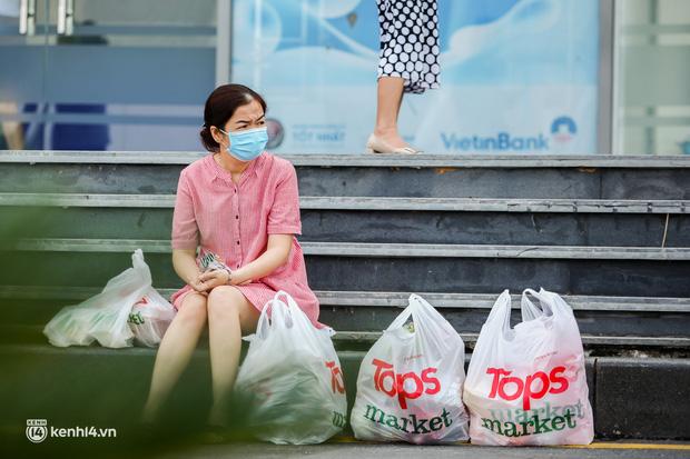 Người dân TP.HCM xếp hàng dài, kiên nhẫn chờ đợi hàng tiếng đồng hồ để vào siêu thị ngày giãn cách - Ảnh 25.