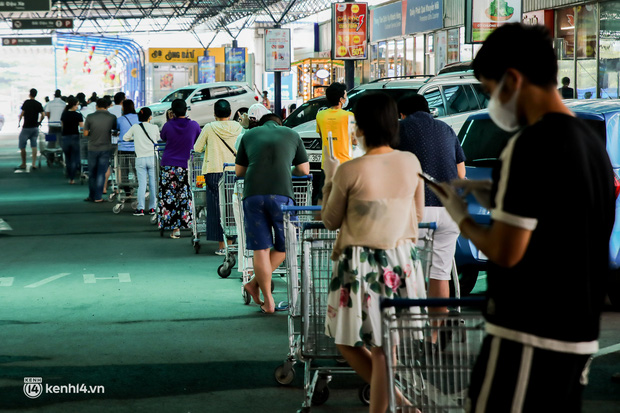 Người dân TP.HCM xếp hàng dài, kiên nhẫn chờ đợi hàng tiếng đồng hồ để vào siêu thị ngày giãn cách - Ảnh 26.