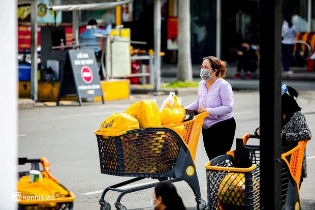 Người dân TP.HCM xếp hàng dài, kiên nhẫn chờ đợi hàng tiếng đồng hồ để vào siêu thị ngày giãn cách - Ảnh 8.
