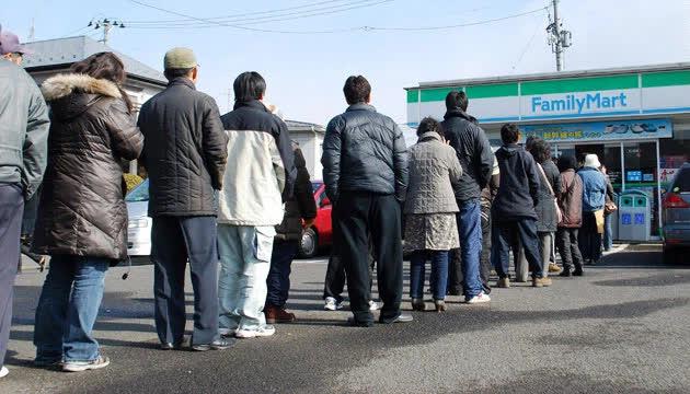 Tinh thần đáng nể của người Nhật: Thấy sóng thần ập đến, CEO chuỗi siêu thị không tăng giá bán, còn ra lệnh chuyển hết lương thực tới vùng bị thiên tai phát miễn phí - Ảnh 2.