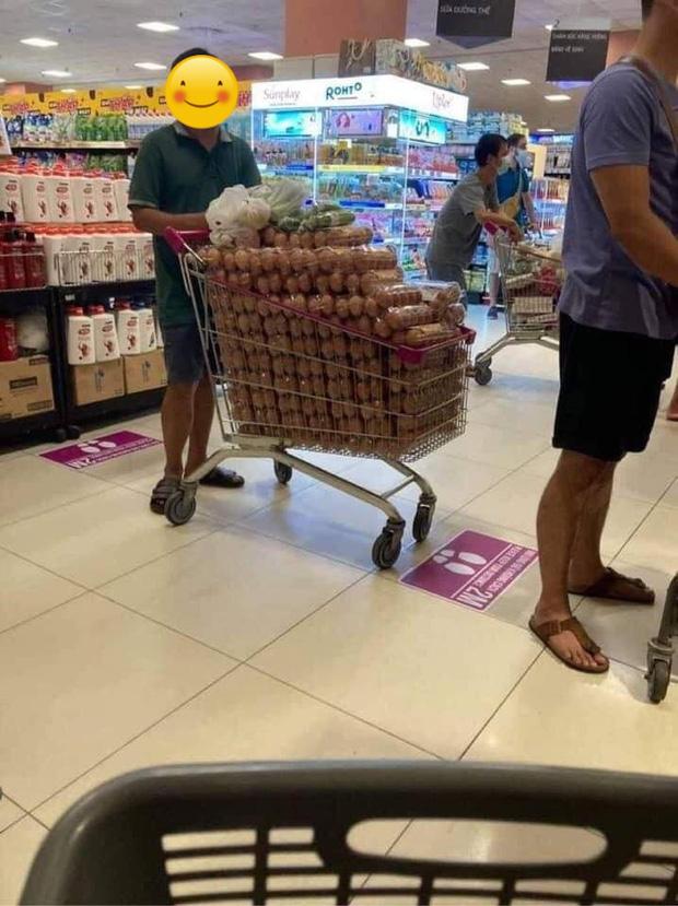 Đại diện AEON Việt Nam nói gì về hình ảnh người đàn ông thu gom 1 xe đầy trứng trong siêu thị? - Ảnh 1.