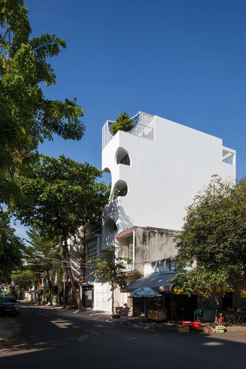 Ngôi nhà cắt khoét siêu art chiếm spotlight cả khu phố: Design bên trong xịn không kém, sân thượng chill như quán cafe - Ảnh 1.