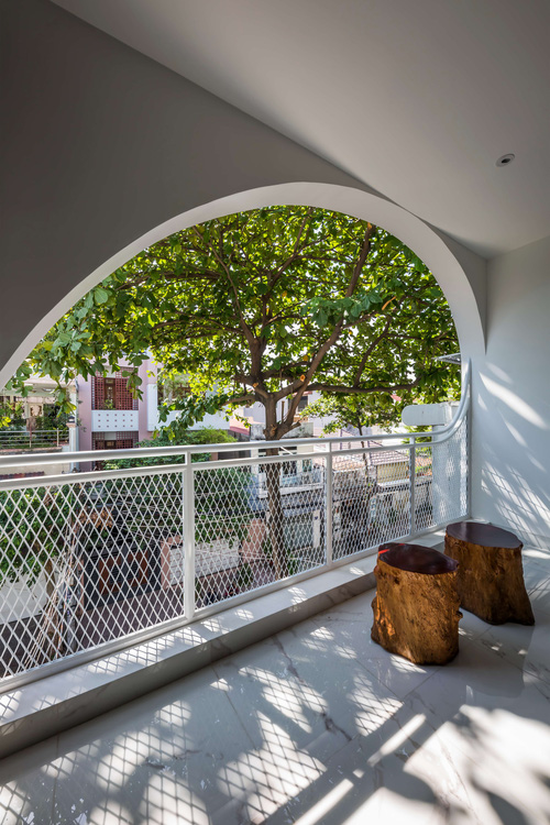 Ngôi nhà cắt khoét siêu art chiếm spotlight cả khu phố: Design bên trong xịn không kém, sân thượng chill như quán cafe - Ảnh 6.