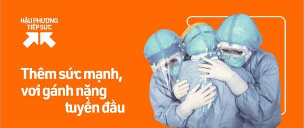 Những chiến sĩ áo xanh ôm nhau dưới cơn mưa trắng trời Sài Gòn: Bảo vệ mọi người là trách nhiệm của chúng ta - Ảnh 2.