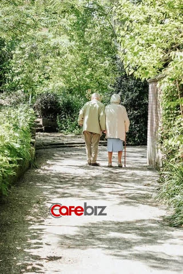 Nhà tâm lý học 87 tuổi giải thích lý do hầu hết mọi người hạnh phúc hơn ở độ tuổi 80 - Ảnh 2.