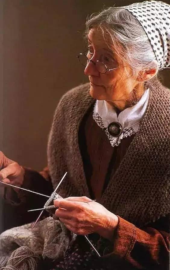 Cuộc sống bình yên ở nơi thôn quê đẹp như vẽ tranh của cụ bà 92 tuổi khiến ai ai cũng ngưỡng mộ: Làm mỏi mệt cả đời chỉ để mong lúc già bỏ phố về quê, trồng cây nuôi cá, sống đời an nhiên thế này - Ảnh 9.