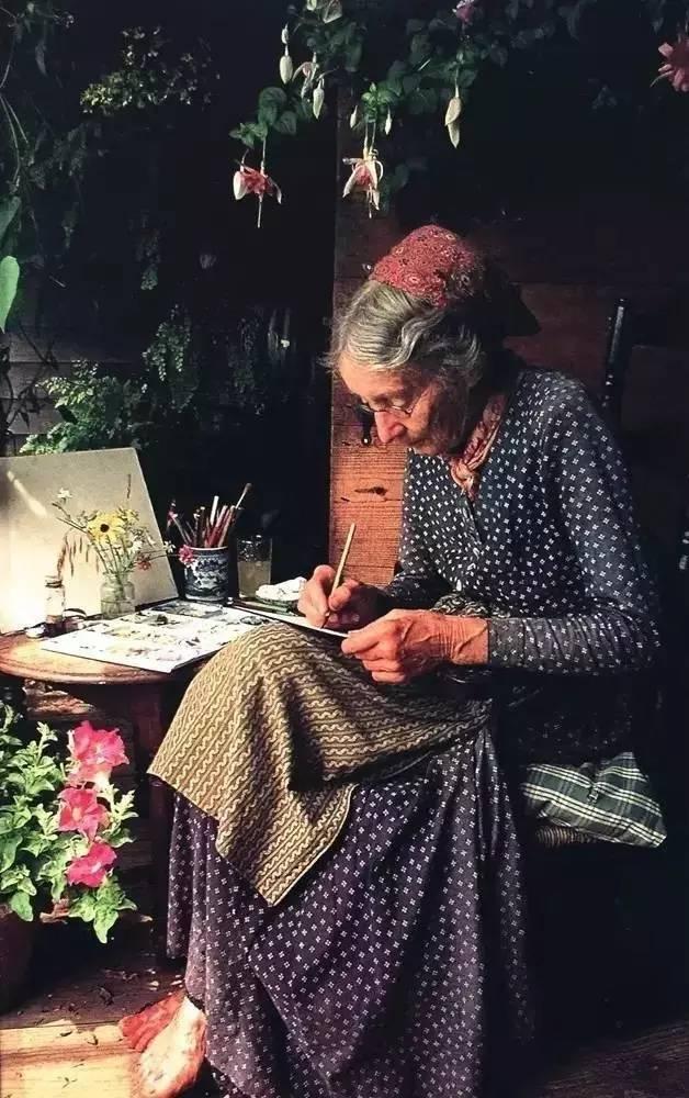 Cuộc sống bình yên ở nơi thôn quê đẹp như vẽ tranh của cụ bà 92 tuổi khiến ai ai cũng ngưỡng mộ: Làm mỏi mệt cả đời chỉ để mong lúc già bỏ phố về quê, trồng cây nuôi cá, sống đời an nhiên thế này - Ảnh 3.