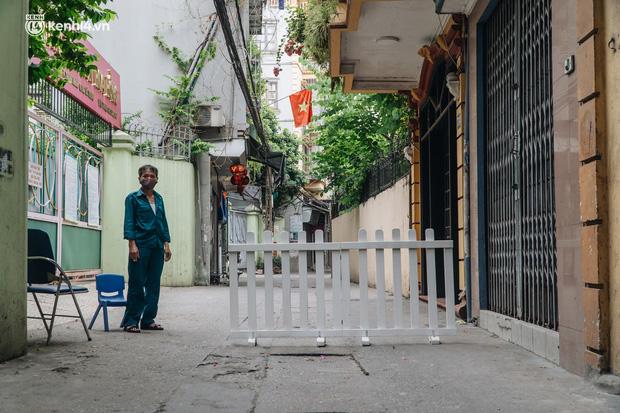 2 mẹ con ở Hà Nội dương tính SARS-CoV-2 dù 1 tháng nay không đi đâu xa, thiết lập 5 chốt phong tỏa - Ảnh 3.