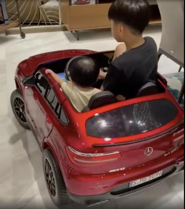 Doanh nhân Cường Đô La sắm 2 siêu xe tiền tỷ cùng lúc để tặng anh 2, chị 3, bất chấp con gái phải ít nhất 18 năm nữa mới có thể tự lái - Ảnh 5.