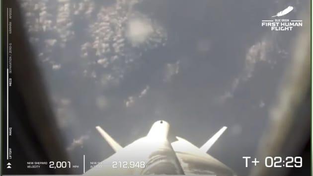 Jeff Bezos bay vào không gian: Người giàu nhất hành tinh không có mặt trên trái đất trong chuyến du hành chớp nhoáng - Ảnh 2.