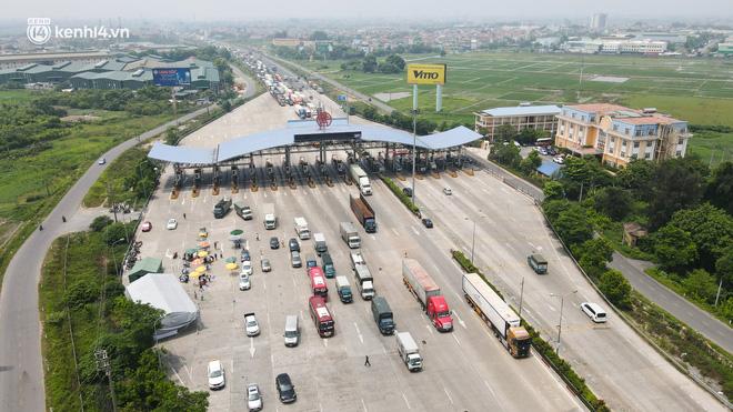 Ảnh: Ùn tắc kinh hoàng ở chốt cao tốc Pháp Vân-Cầu Giẽ, tài xế mệt mỏi vì đợi 2 tiếng chưa vào được Thủ đô - Ảnh 1.