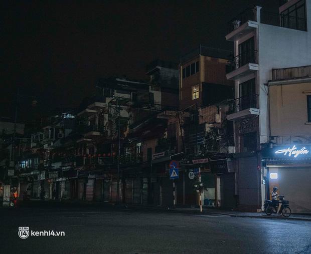 Buổi tối Hà Nội vắng hơn cả Tết: Phố xá nơi đâu cũng thinh lặng, người dân ở nhà đóng cửa chống dịch - Ảnh 12.