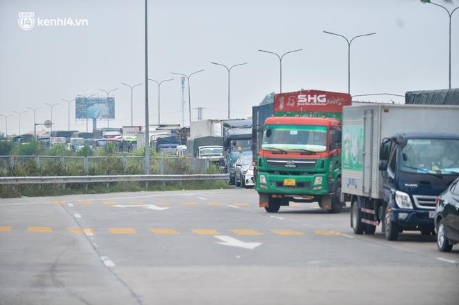Ảnh: Ùn tắc kinh hoàng ở chốt cao tốc Pháp Vân-Cầu Giẽ, tài xế mệt mỏi vì đợi 2 tiếng chưa vào được Thủ đô - Ảnh 12.