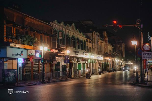 Buổi tối Hà Nội vắng hơn cả Tết: Phố xá nơi đâu cũng thinh lặng, người dân ở nhà đóng cửa chống dịch - Ảnh 13.