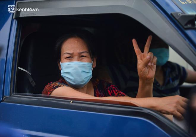 Ảnh: Ùn tắc kinh hoàng ở chốt cao tốc Pháp Vân-Cầu Giẽ, tài xế mệt mỏi vì đợi 2 tiếng chưa vào được Thủ đô - Ảnh 13.