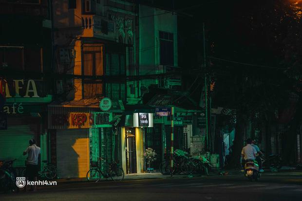 Buổi tối Hà Nội vắng hơn cả Tết: Phố xá nơi đâu cũng thinh lặng, người dân ở nhà đóng cửa chống dịch - Ảnh 14.