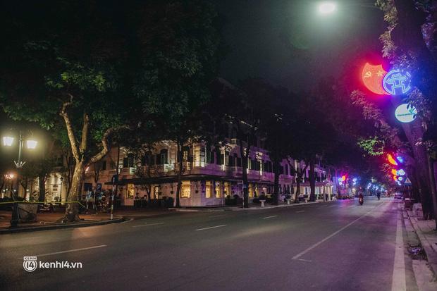 Buổi tối Hà Nội vắng hơn cả Tết: Phố xá nơi đâu cũng thinh lặng, người dân ở nhà đóng cửa chống dịch - Ảnh 15.