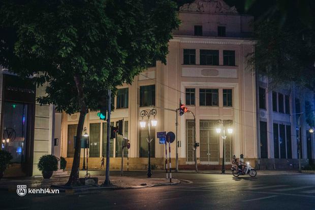 Buổi tối Hà Nội vắng hơn cả Tết: Phố xá nơi đâu cũng thinh lặng, người dân ở nhà đóng cửa chống dịch - Ảnh 17.