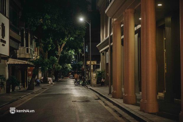 Buổi tối Hà Nội vắng hơn cả Tết: Phố xá nơi đâu cũng thinh lặng, người dân ở nhà đóng cửa chống dịch - Ảnh 19.