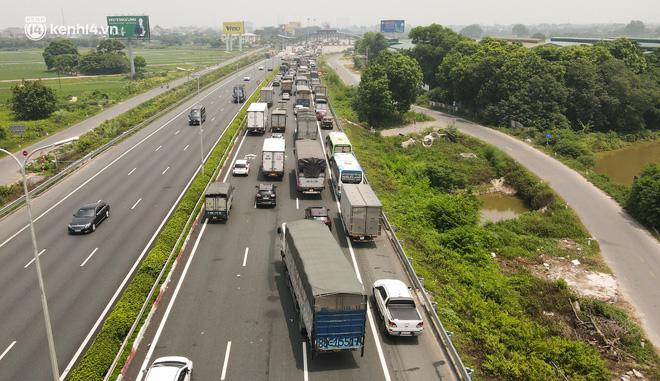 Ảnh: Ùn tắc kinh hoàng ở chốt cao tốc Pháp Vân-Cầu Giẽ, tài xế mệt mỏi vì đợi 2 tiếng chưa vào được Thủ đô - Ảnh 3.