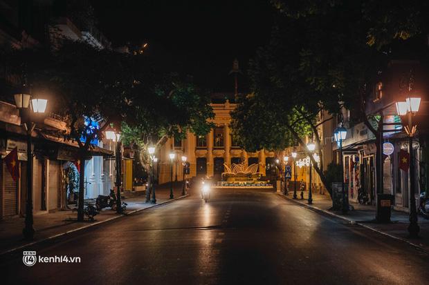 Buổi tối Hà Nội vắng hơn cả Tết: Phố xá nơi đâu cũng thinh lặng, người dân ở nhà đóng cửa chống dịch - Ảnh 20.