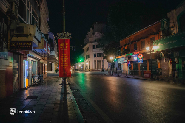 Buổi tối Hà Nội vắng hơn cả Tết: Phố xá nơi đâu cũng thinh lặng, người dân ở nhà đóng cửa chống dịch - Ảnh 23.