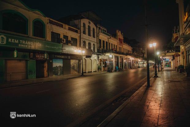 Buổi tối Hà Nội vắng hơn cả Tết: Phố xá nơi đâu cũng thinh lặng, người dân ở nhà đóng cửa chống dịch - Ảnh 24.