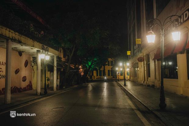 Buổi tối Hà Nội vắng hơn cả Tết: Phố xá nơi đâu cũng thinh lặng, người dân ở nhà đóng cửa chống dịch - Ảnh 26.