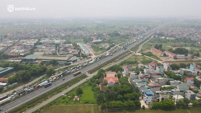 Ảnh: Ùn tắc kinh hoàng ở chốt cao tốc Pháp Vân-Cầu Giẽ, tài xế mệt mỏi vì đợi 2 tiếng chưa vào được Thủ đô - Ảnh 4.
