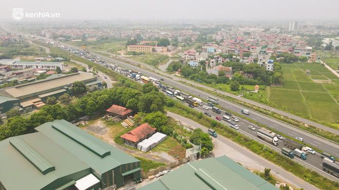 Ảnh: Ùn tắc kinh hoàng ở chốt cao tốc Pháp Vân-Cầu Giẽ, tài xế mệt mỏi vì đợi 2 tiếng chưa vào được Thủ đô - Ảnh 5.