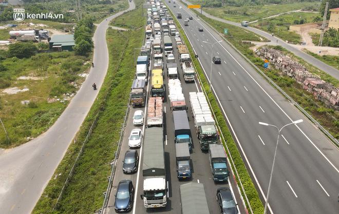 Ảnh: Ùn tắc kinh hoàng ở chốt cao tốc Pháp Vân-Cầu Giẽ, tài xế mệt mỏi vì đợi 2 tiếng chưa vào được Thủ đô - Ảnh 6.