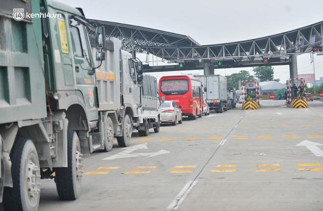 Ảnh: Ùn tắc kinh hoàng ở chốt cao tốc Pháp Vân-Cầu Giẽ, tài xế mệt mỏi vì đợi 2 tiếng chưa vào được Thủ đô - Ảnh 8.