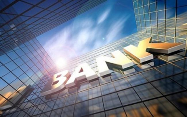 Vì sao ngân hàng lãi khủng nhưng giá cổ phiếu liên tục lao dốc? - Ảnh 1.